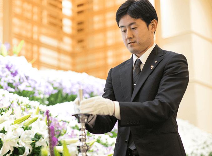 葬儀の準備をしているスタッフ